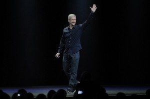 Tim Cook, chief executive officer of Apple Inc., waves before delivering a keynote address during the Apple World Wide Developers Conference (WWDC) in San Francisco, California, U.S. on Monday, June 2, 2014.  Photographer: David Paul Morris/Bloomberg